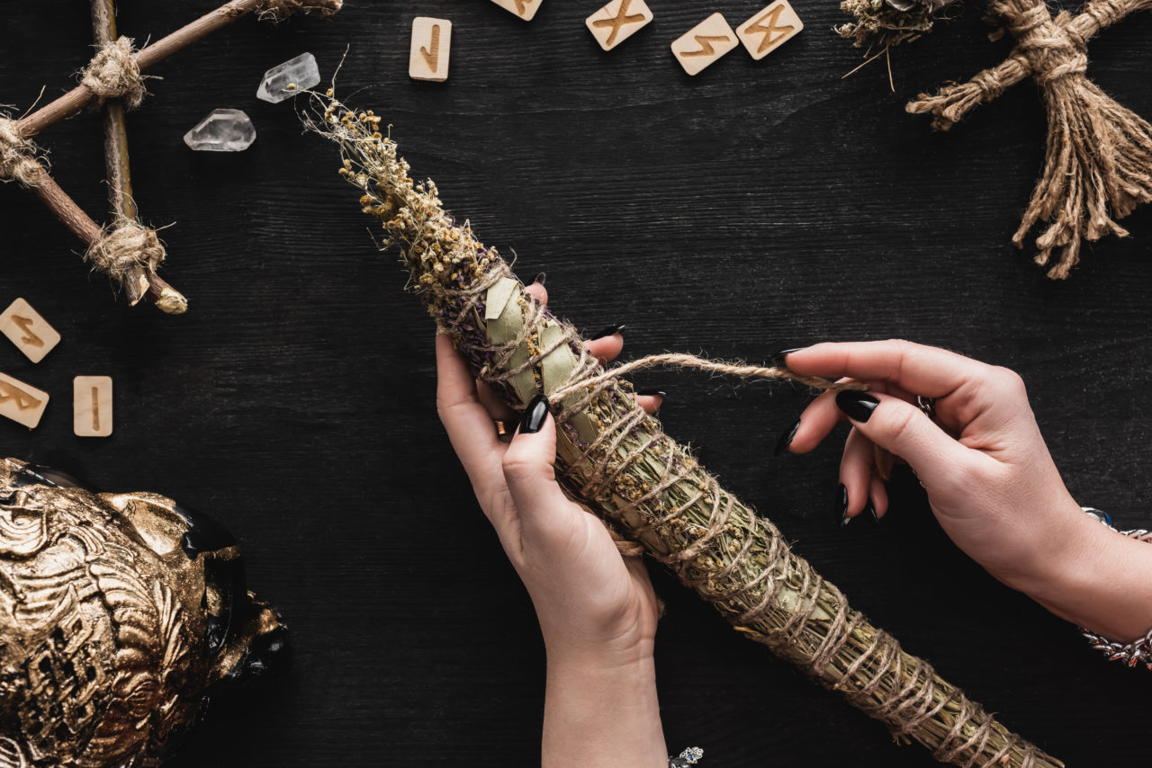 https://www.astriefuturo.it/wp-content/uploads/2020/07/top-view-of-woman-holding-dried-herbs-near-runes-v-LCNUJ7X-1280x854.jpg