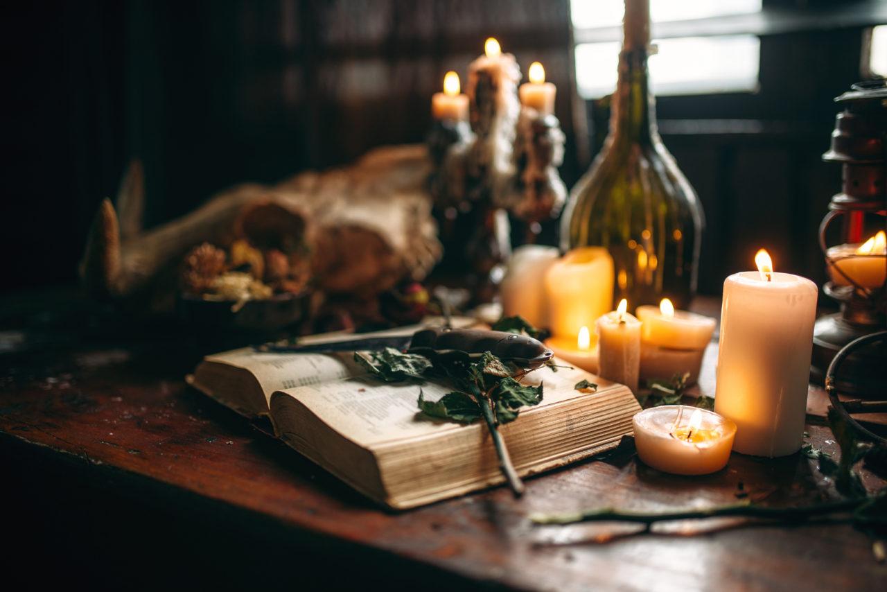 https://www.astriefuturo.it/wp-content/uploads/2020/07/witchcraft-dark-magic-candles-with-ritual-book-PK7UTLZ-1280x854.jpg